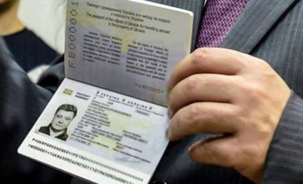 Первым биометрический паспорт получил президент Петр Порошенко