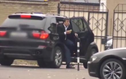 """Евгений Тришновский ожидает в своем автомобиле результатов обыска в """"Спецтехноэкспорте"""""""